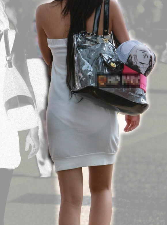 薄手のスカートからの透けパンティがくっそエロいwwwwwww【画像30枚】08_2018012001213742c.jpg