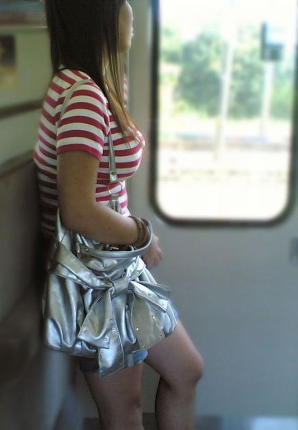 パツンパツンの着衣巨乳の女の子をたまに見るけど羨ましいよなぁぁぁwwwwwww【画像30枚】08_20180328005651fc7.jpg