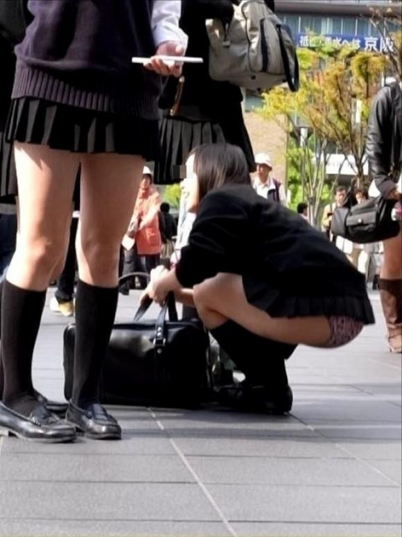 スカートが短すぎて『自分からパンツ見せにきてる』女の子wwwwwww【画像30枚】08_2018051101122006a.jpg