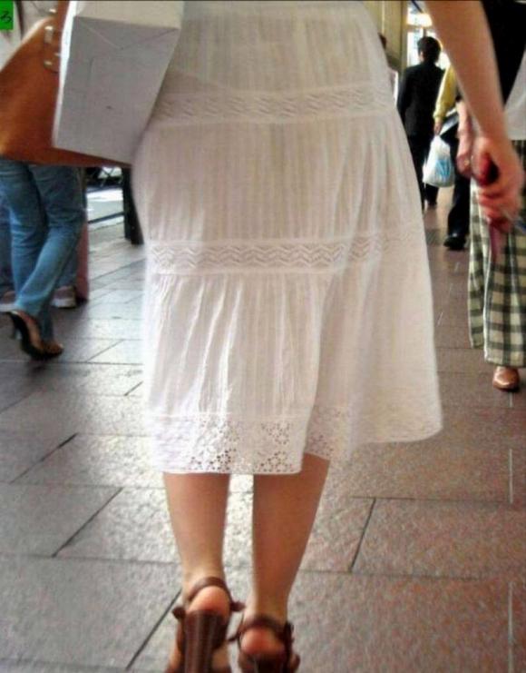暑いからってパンツ透けるスカートで外出しちゃダメだってwwwwwww【画像30枚】08_20180601004610a44.jpg