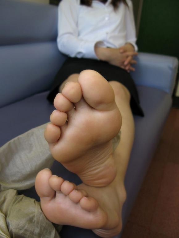 足裏フェチが喜ぶ綺麗な足を貼ってくwwwwwww【画像30枚】09_201711280056472f7.jpg