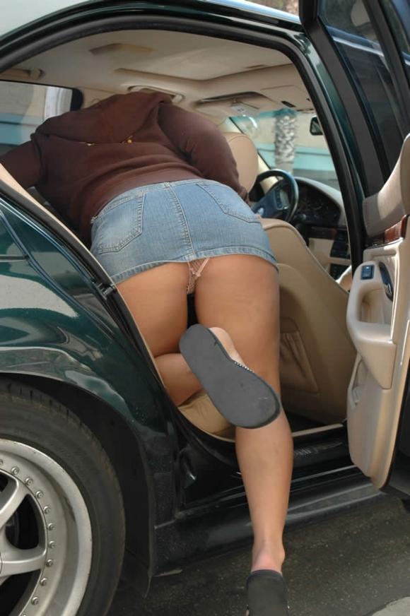 車から乗り降りする時のパンチラが多すぎるwwwwwww【画像30枚】09_2017122602334998f.jpg