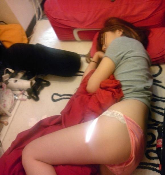 【家庭内盗撮】部屋で寝てる彼女のエロいおしりを勝手に撮った写真wwwwwww【画像30枚】09_20171226031104e52.jpg