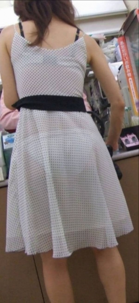 薄手のスカートからの透けパンティがくっそエロいwwwwwww【画像30枚】09_20180120012139ae8.jpg