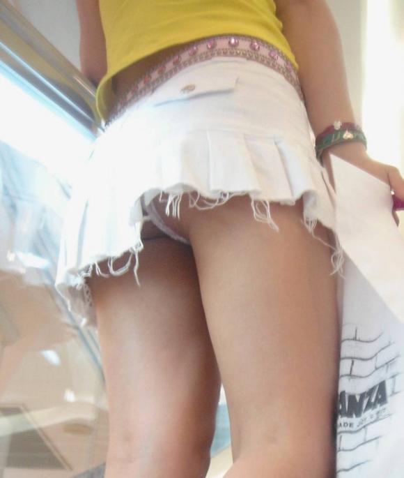 若い娘を狙ったローアングルパンチラがエグいwwwwwww【画像30枚】09_2018020801032346b.jpg
