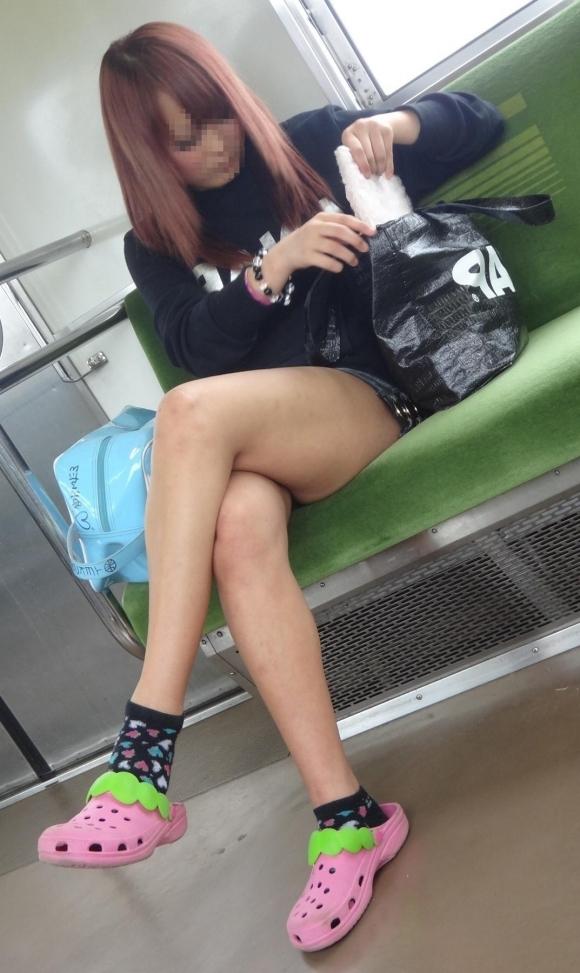 【ガン見】電車で座ってる女の子の脚がエロくてどうしても見てしまうwwwwwww【画像30枚】09_2018022302182091c.jpg
