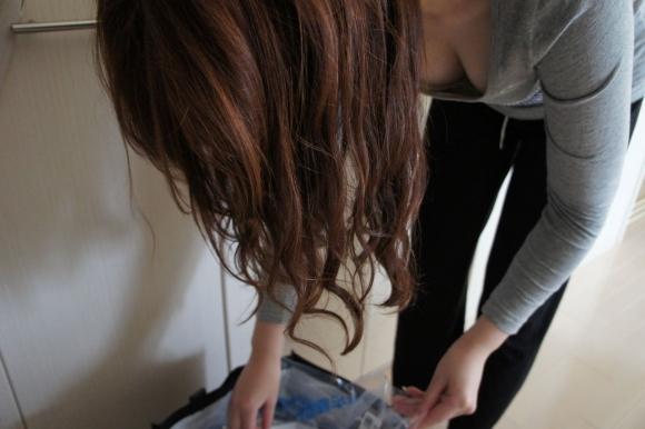 【家庭内盗撮】家の中で撮られた胸チラやパンチラの数々が驚異的にエロいwwwwwww【画像30枚】09_201803050118329fe.jpg
