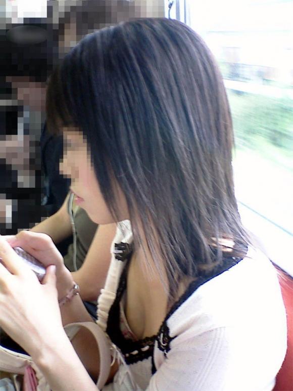 電車内でどうしても目に入る素人女子の胸チラがエロすぎるwwwwwww【画像30枚】09_2018032701010329a.jpg