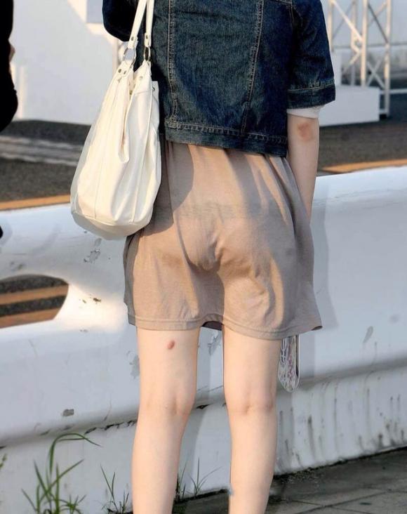 暑いからってパンツ透けるスカートで外出しちゃダメだってwwwwwww【画像30枚】09_201806010046122d8.jpg