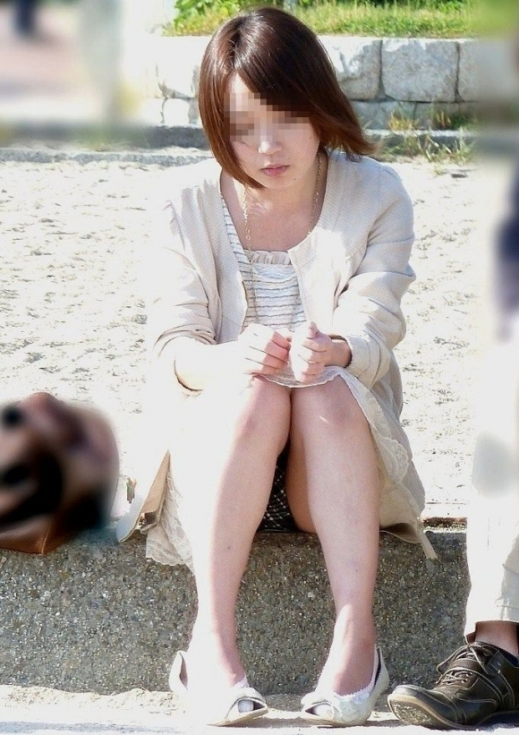 スカート履いてる女の子の気が緩むとすぐパンチラしちゃうwwwwwww【画像30枚】10_20171017115459cd8.jpg