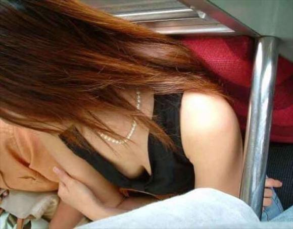 【ガン見】よく見たら電車内で胸チラしてる素人女子がいっぱいいる件wwwwwww【画像30枚】10_2018021020513627e.jpg