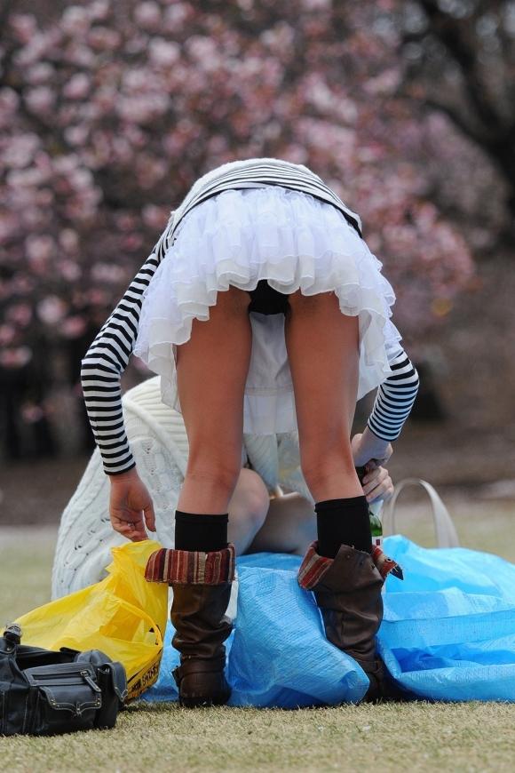 【素人エロ画像】お花見で桜より楽しみな素人の胸チラ&パンチラが満開wwwwwww【画像30枚】10_2018032501121204a.jpg