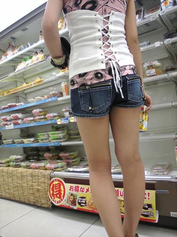 街でホットパンツの女の子を見るとどうしても目がいってしまうwwwwwww【画像30枚】10_201806090107023f9.jpg