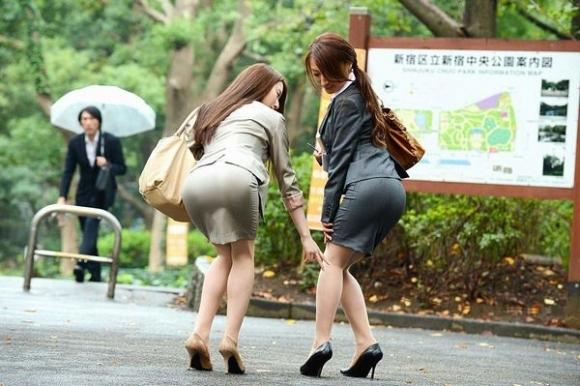 必ずセクハラしたくなるwwwOLさんのタイトスカート!【画像30枚】10_20180714010834c6d.jpg