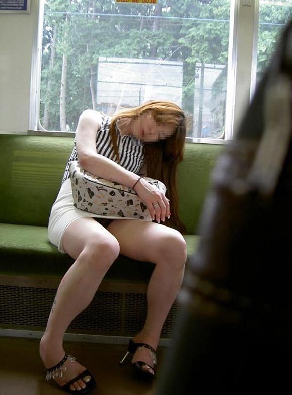 お股がユルくて対面の人にパンチラしちゃってる女の子wwwwwww【画像30枚】11_20171014014439589.jpg