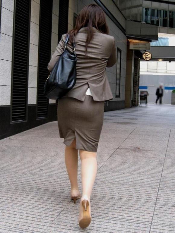 タイトスカート履いてるOLのピタっと感がエロいwwwwwww【画像30枚】11_20171203015325b7a.jpg