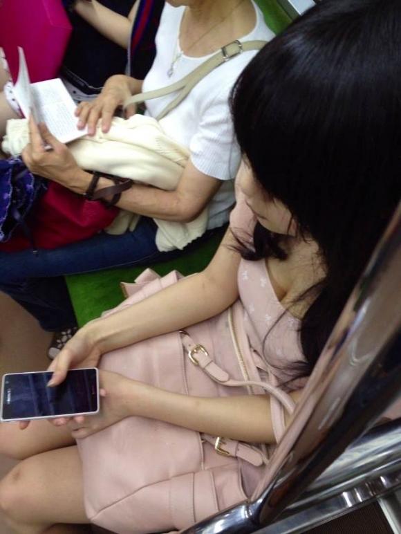 電車内でどうしても目に入る素人女子の胸チラがエロすぎるwwwwwww【画像30枚】11_201803270114203c6.jpg