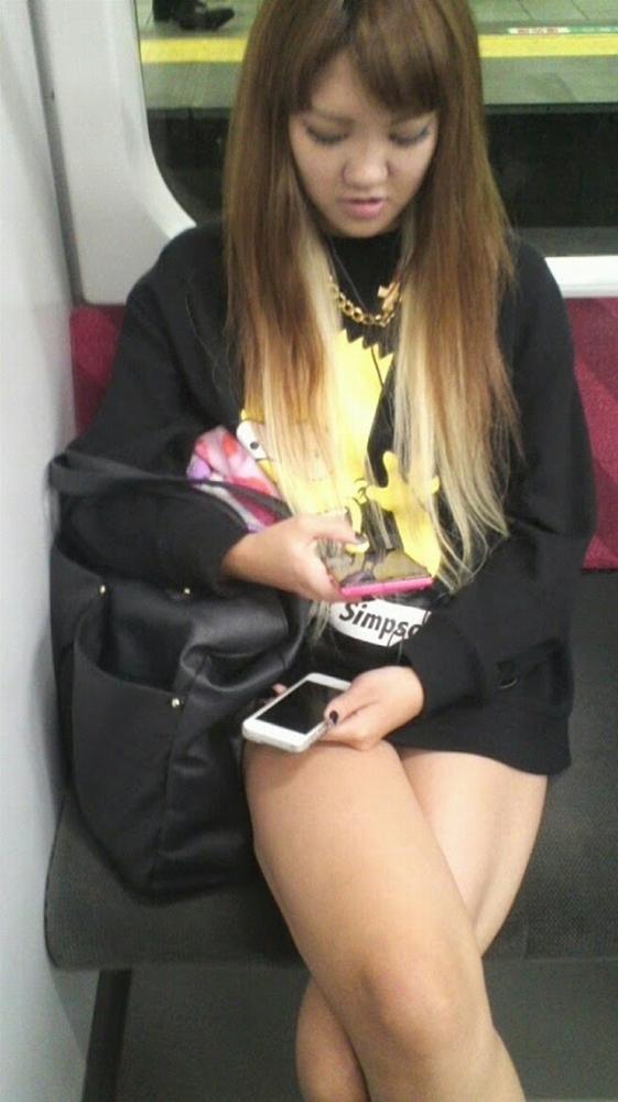 電車内で盗み撮りされた素人のパンチラ&太ももがコレwwwwwww【画像30枚】11_20180406002904f9a.jpg