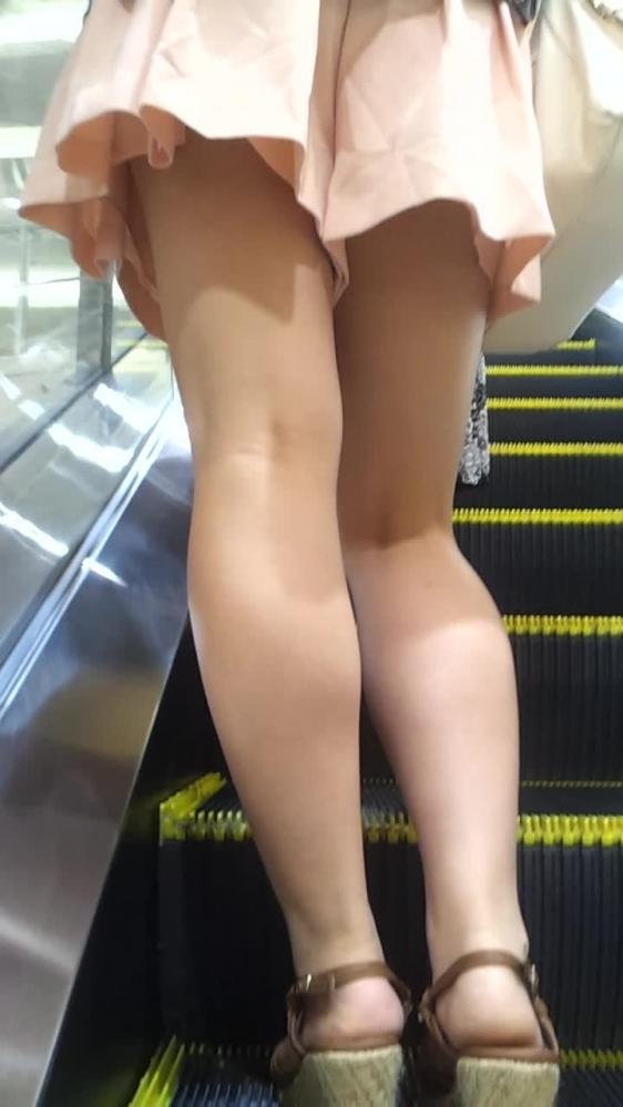 外で見かけるエロい脚にグッとくるwwwwwww【画像30枚】11_201804170111547aa.jpg
