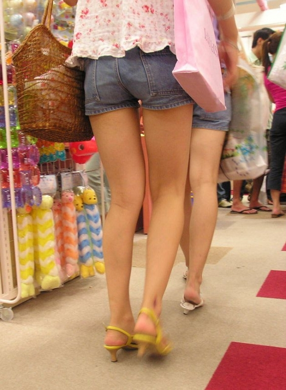 街でホットパンツの女の子を見るとどうしても目がいってしまうwwwwwww【画像30枚】11_20180609010916d66.jpg