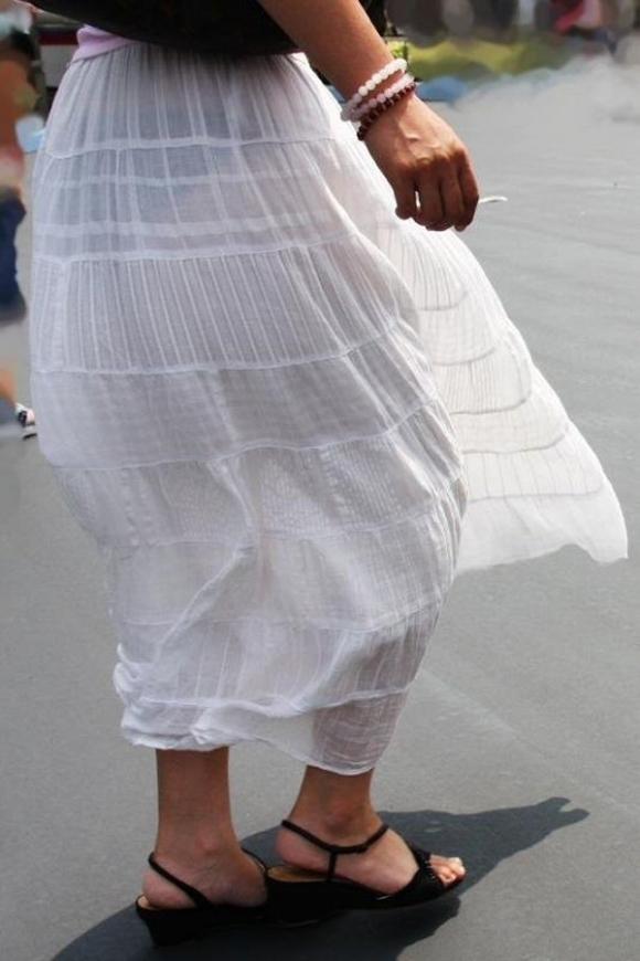 薄手のスカートからの透けパンティがくっそエロいwwwwwww【画像30枚】12_201801200123090f7.jpg