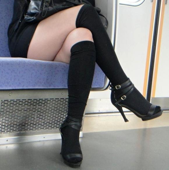 【ガン見】電車で座ってる女の子の脚がエロくてどうしても見てしまうwwwwwww【画像30枚】12_201802230220031d5.jpg