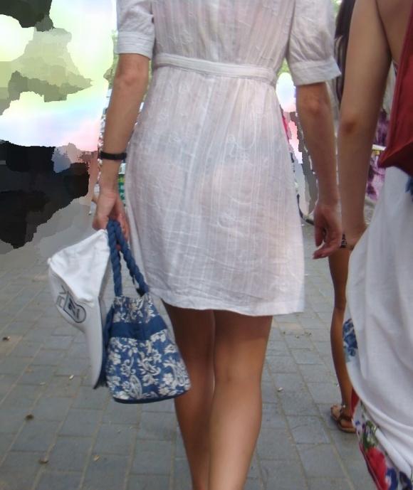 暑いからってパンツ透けるスカートで外出しちゃダメだってwwwwwww【画像30枚】12_20180601004745220.jpg