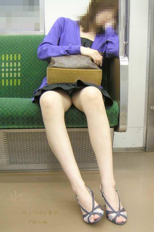 お股がユルくて対面の人にパンチラしちゃってる女の子wwwwwww【画像30枚】13_20171014014441b68.jpg