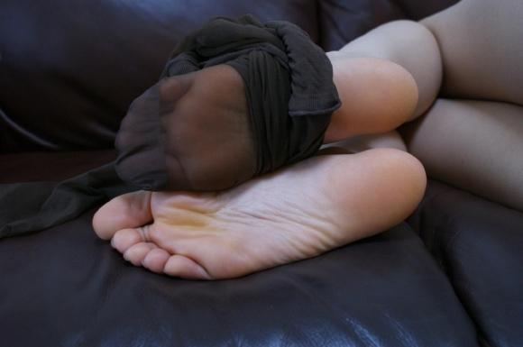 足裏フェチが喜ぶ綺麗な足を貼ってくwwwwwww【画像30枚】13_2017112800591412c.jpg