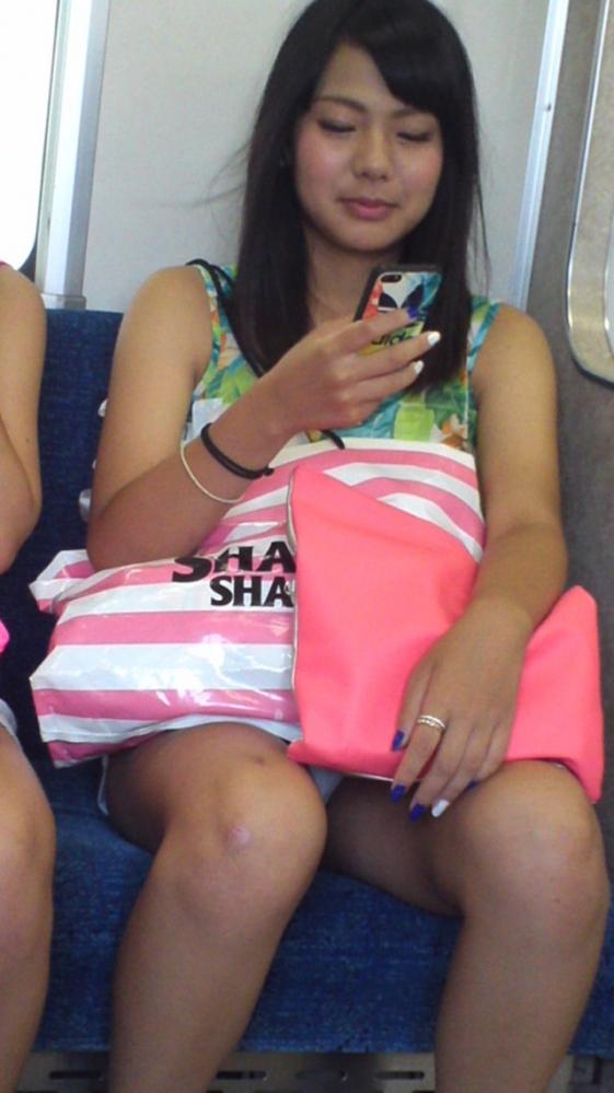 電車内で盗み撮りされた素人のパンチラ&太ももがコレwwwwwww【画像30枚】13_201804060029073f9.jpg