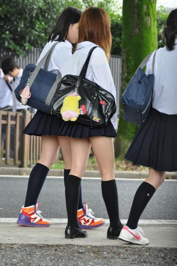 スカートが短すぎて『自分からパンツ見せにきてる』女の子wwwwwww【画像30枚】13_201805110114205e9.jpg