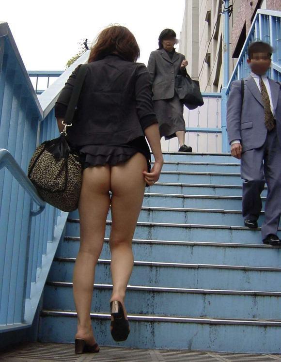 パンツ履いてない破廉恥女wwwwwww【画像30枚】13_2018051200565519c.jpg
