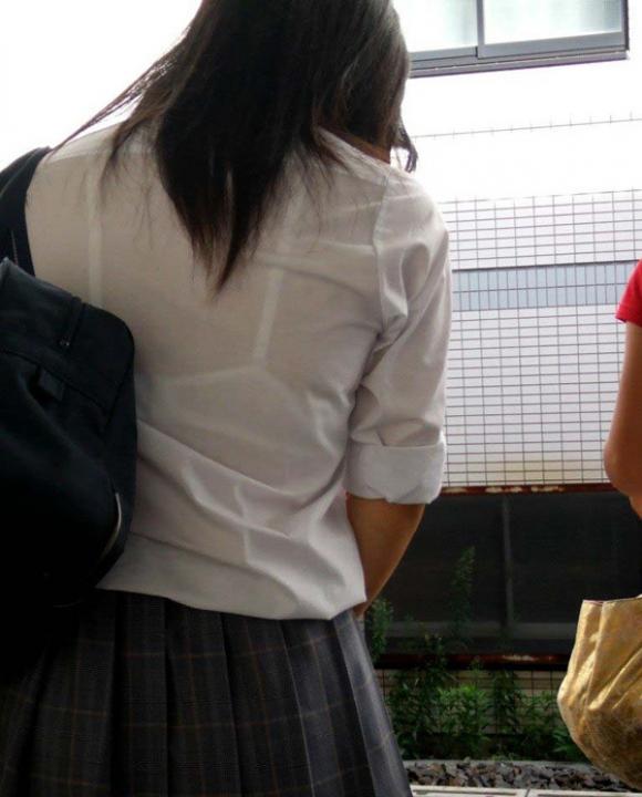 【女子校生】薄着になる夏はJKの透けブラを大量ゲットできる季節wwwwwww【画像30枚】13_201807260040142f7.jpg