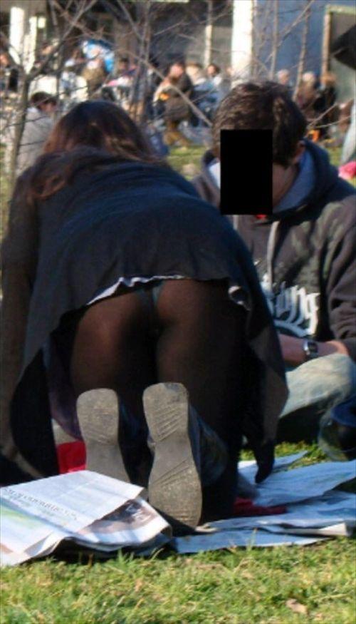 冬ならではの黒タイツや黒ストッキングからのパンチラがエロいwwwwwww【画像30枚】14_201712130209218f8.jpg