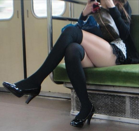 【ガン見】電車で座ってる女の子の脚がエロくてどうしても見てしまうwwwwwww【画像30枚】14_20180223022005198.jpg