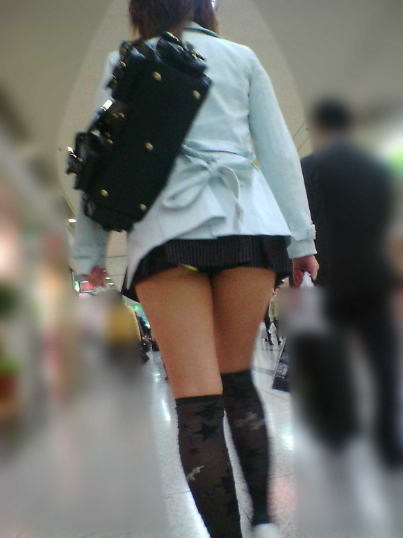 スカートが短すぎて『自分からパンツ見せにきてる』女の子wwwwwww【画像30枚】14_20180511011421547.jpg