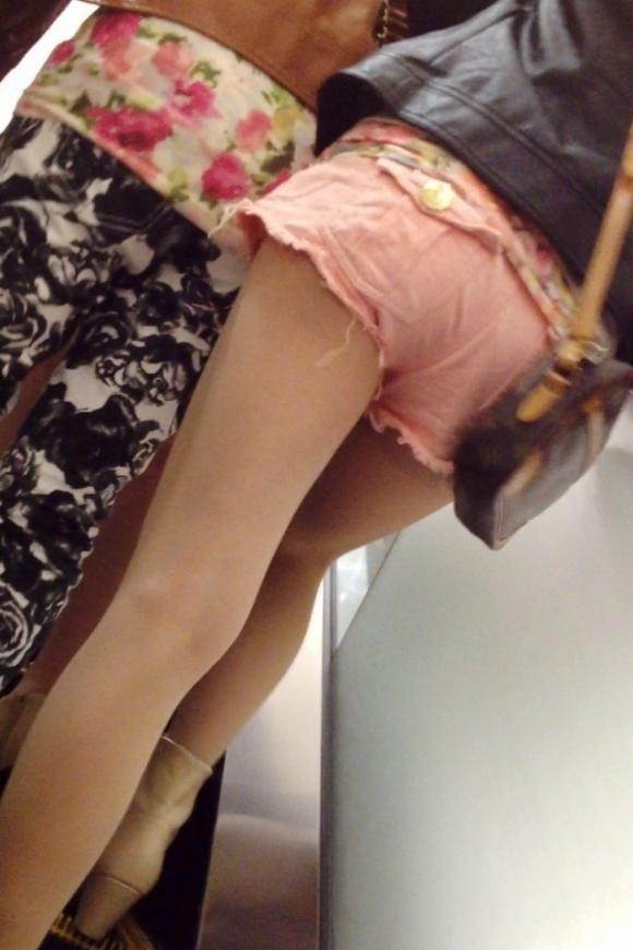 街でホットパンツの女の子を見るとどうしても目がいってしまうwwwwwww【画像30枚】14_2018060901092166e.jpg