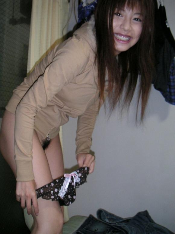 パンティを脱いでる最中の女の子のエロスがプンプン凄いwwwwwww【画像30枚】15_20171202020624852.jpg