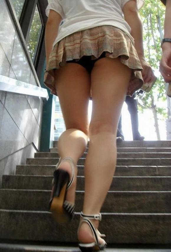 下からパンチラ狙われてる女の子多すぎ!後方注意して歩いた方がいい!wwwwwww【画像30枚】15_20171205005510716.jpg