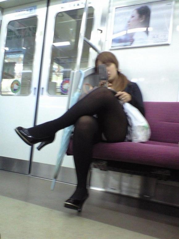 【ガン見】電車で座ってる女の子の脚がエロくてどうしても見てしまうwwwwwww【画像30枚】15_20180223022007f70.jpg