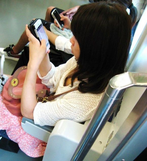 電車内でどうしても目に入る素人女子の胸チラがエロすぎるwwwwwww【画像30枚】15_20180327011426a0b.jpg
