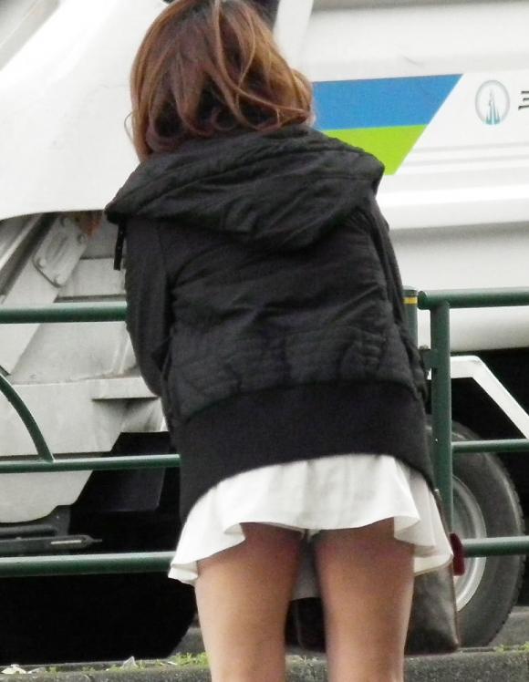 スカートが短すぎて『自分からパンツ見せにきてる』女の子wwwwwww【画像30枚】15_201805110114236bc.jpg