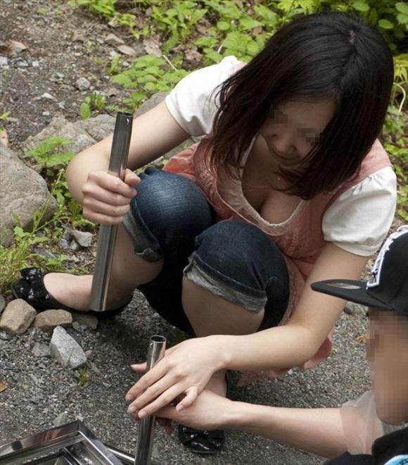 しゃがんでる女の子の胸元狙うとおっぱいの谷間がゲットできるwwwwwww【画像30枚】15_201805190059084dc.jpg