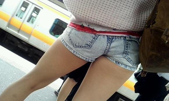 街でホットパンツの女の子を見るとどうしても目がいってしまうwwwwwww【画像30枚】15_201806090109228c1.jpg