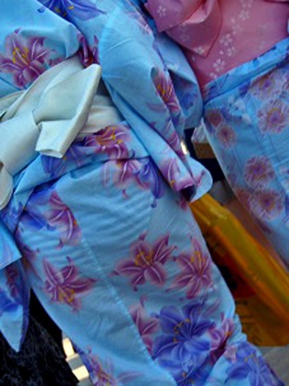 【夏模様】浴衣からの透けパンティやパンチラが頻発する季節になってきましたwwwwwww【画像30枚】15_201807281919411a8.jpg