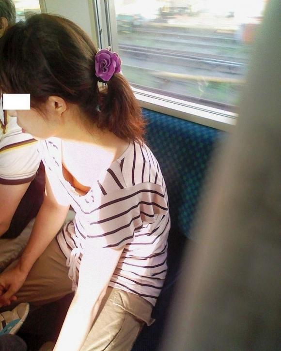 【ガン見】よく見たら電車内で胸チラしてる素人女子がいっぱいいる件wwwwwww【画像30枚】16_20180210205616265.jpg