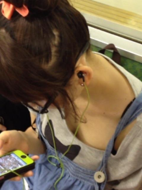 電車内でどうしても目に入る素人女子の胸チラがエロすぎるwwwwwww【画像30枚】16_201803270114279c9.jpg