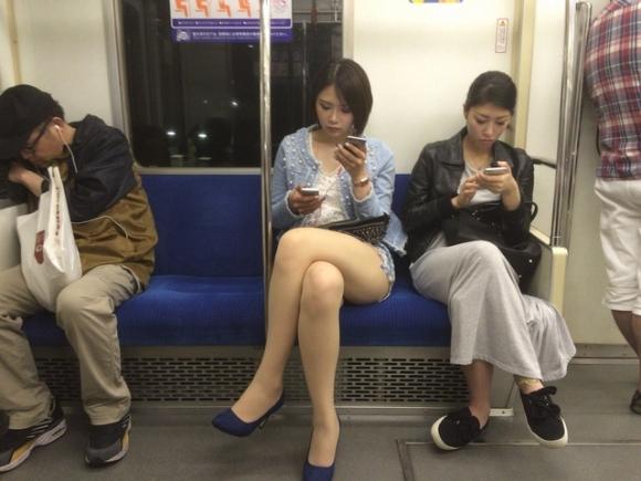 電車内で盗み撮りされた素人のパンチラ&太ももがコレwwwwwww【画像30枚】16_20180406002911a65.jpg