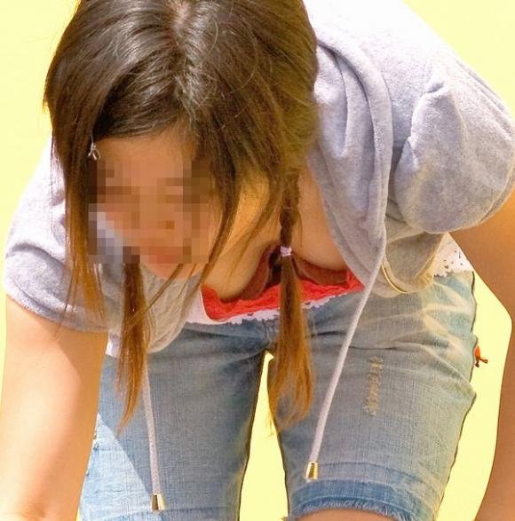 しゃがんでる女の子の胸元狙うとおっぱいの谷間がゲットできるwwwwwww【画像30枚】16_2018051900591061e.jpg