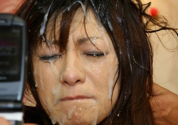 色んなとこにいっぱいザーメンをぶっかけられてる女の子wwwwwww【画像30枚】17_20171222133949800.jpg